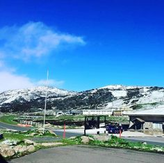 Just look at that! Green grass and snow. Pretty as a picture!! #Repost @manfromsnowyriverhotel  Summer?  @perisher_resort #perisher #wtf #snow #snowymountainsnsw #snowymountains #snowcrazy #fortheloveofjindabyne #lovejindy #snowflakes #spring #lovethemountains #alpineadventures #getoutstayout #getoutdoors #mountainlife