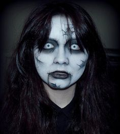 These beautiful and creative Halloween make-up ideas are a hot makeup trend. We have put men and women selected makeup suggestions for Ha Maquillage Halloween Zombie, Halloween Makeup Clown, Up Halloween, Cleopatra Halloween, Halloween Contacts, Cleopatra Costume, Women Halloween, Zombie Make Up, Zombie Pics