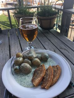 Stegt (valg)flæsk med kartofler og persillesovs😋 Læs mere på bloggen om vores valgdag⤵️
