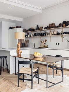 Uitnodigend, sereen en licht. De Franse ontwerpers Martin en Garotin richtten hun appartement in Lyon in met een zorgvuldig samengestelde mix van modern design, iconische stukken, antiek en wereldse schatten.