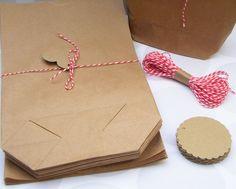 **51teiliges** Papiertüten Set, z.B. für einen Adventskalender:  **25 Stück** Papiertüten 14x22x5cm, Kraftpapier braun, ohne Loch **25 Stück** Geschenkanhänger, 5cm rund mit Wellenrand,...