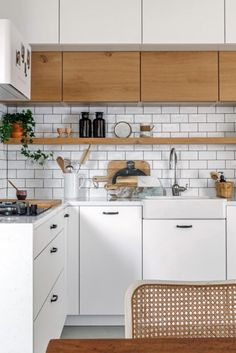 Rekonstrukce bytu 3+1 v Bubenči | Infinity Interiér Kitchen Interior, Kitchen Cabinets, Home Decor, Decoration Home, Room Decor, Cabinets, Home Interior Design, Dressers, Home Decoration