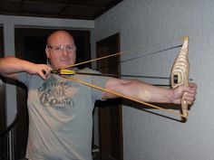 I revisited the sling bow today, inspired by Fish (he made a sling bow a while ago, but posted the video again here in a different thre. Survival Weapons, Survival Tips, Survival Skills, Bow And Arrow Diy, Sling Bow, Homemade Weapons, Archery Equipment, Bow Arrows, Bow Hunting