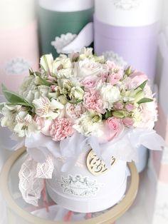 Hat Box Flowers, Pastel Flowers, Flower Basket, Flower Boxes, Fresh Flowers, Beautiful Flower Arrangements, Floral Arrangements, Deco Floral, Floral Design