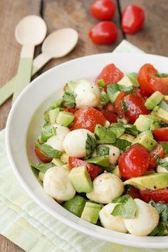Schneller und leckerer Caprese-Salat als Grillbeilage Gaumenfreundin Foodblog #salatrezepte #gesunderezepte #schnellerezepte #gesundesalate #capresesalat #grillsalat #grillbeilage #vegetarischerezepte