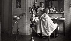 Kapsalons. Kapster aan het werk in een dameskapsalon. Amsterdam, Nederland, 1917. Serie van 2 foto's.