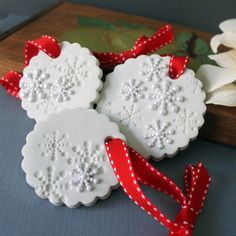 SET of 3 White Snowflake Christmas Ornament di CherryRedToppers