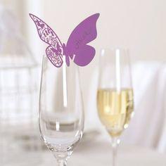Besondere Namenskärtchen für besondere Hochzeitsgäste.  Diese Kärtchen, in Form eines Schmetterlings, werden von Euch beschriftet und an den Glasrand des Gastes dekoriert. Das Besondere. Sie haben eine wunderschöne filigrale Ornamentmusterung.  Die Schmetterlinge können sich z.b. in Eurem Blumenschmuck oder anderen Dekorationselementen wiederfinden und spiegeln somit immer das Hochzeitsthema wieder.  Maße: 7 x 11 cm  Tip: Knickt die Schmetterlinge leicht am Körper nach innen, dann erhalten…