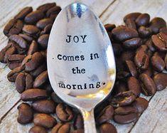 JOY komt in de ochtend. (TM) - Hand gestempeld Vintage koffie lepel voor koffie liefhebbers - door jessicaNdesigns