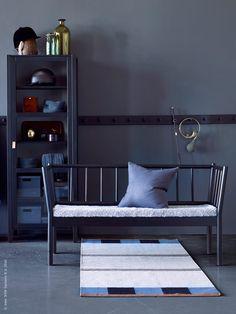 Nu kommer Ikeas Björksnäs-serie i en mattsvart version. Både pinnsoffan och vitrinskåpet med läderhandtag är en riktig fullträff i svart.