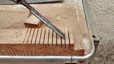 Detalhes do processo de retirada de excesso de madeira com formão.