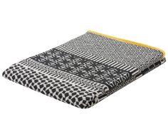 Machen Sie Ihr Sofa zum persönlichen Lieblingsplatz! Mit Wendeplaid NOVA GRAPHIC gelingt Ihnen das nicht nur im Handumdrehen, die weiche Decke von David Fussenegger setzt mit ihrem Mustermix zugleich hübsche Akzente. Fühlen Sie sich rundum beschützt und genießen Sie warme Stunden mit NOVA!