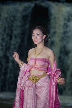 Thai costume - Beautiful Thai girl in Thai traditional costume,Naka costume. Traditional Thai Clothing, Traditional Dresses, Thai Wedding Dress, Thai Fashion, Thai Dress, Beauty Full Girl, Beautiful Asian Women, Ao Dai, Geisha