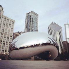Il Cloud Gate di Anish Kapoor è una scultura composta da 168 lastre di acciaio inossidabile saldate insieme. Pesa ben 100 tonnellate e si trova al centro della AT&T Plaza nel cuore di #Chicago