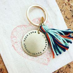 Ihren Wunschtext auf einem Schlüsselanhänger - von Hand ins Metall gestempelt.