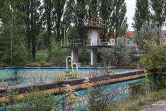 Der letzte Badegast dürfte das Freibad vor über 25 Jahren verlassen haben. Das BVB Freibad Lichtenberg war es bis in die späten 1980er Jahre in Benutzung . Seit dem schläft es als Lost Place Fotoort seinen Dornröschenschlaf. Wie kommst du hin? Hier mehr über die Berliner Fotolocation …