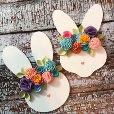 Gorgeous Easter Decorations & Crafts That You'll Love Spring Sign, Spring Door, Bunny Face, Easter Bunny Decorations, Easter Wreaths, Easter Activities, Felt Flowers, Easter Flowers, Holiday Crafts