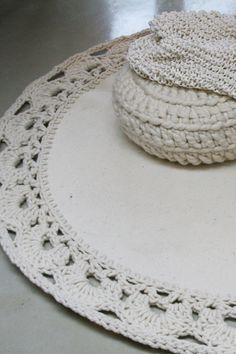 Prachtig met de handgemaakt vloerkleed van zacht vilt, voelt dus fijn aan de voeten! Afgewerkt met een uniek gehaakte rand van zuiver wol. Prachtig design voor in een woonkamer maar ook zeker heel mooi voor in een witte slaapkamer. www.molitli.nl