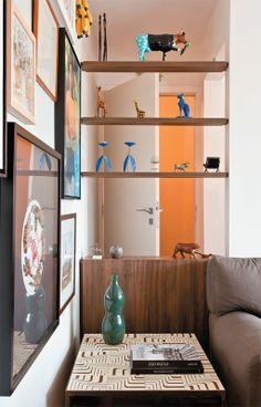 Apartamento de 60 m² com ambientes integrados depois da reforma - Casa Marcenaria disfarça essa passagem entre a porta de entrada e a sala.