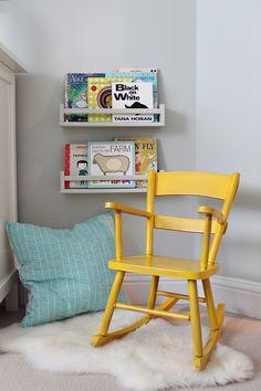 Ikea BEKVÄM kruidenrekje als boekenrekje gebruiken. Hier in dezelfde kleur als de muurkleur! Een schommelstoeltje om rustig in te lezen :-)