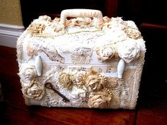 altered shabby crafts - I have the perfect case for this Vintage Suitcases, Vintage Luggage, Shabby Chic Crafts, Vintage Crafts, Altered Boxes, Altered Art, Manualidades Shabby Chic, Old Luggage, Vintage Train Case