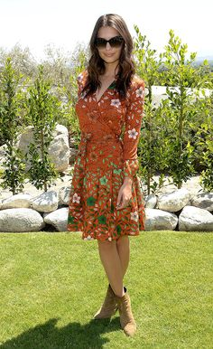 En un look de vestido estampado naranja, en The Zoe Report and DVF Brunch en California.