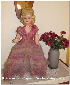 1960's Ιταλική κούκλα καναπέ από βακελίτη.  Σε αρκετά καλή κατάσταση. Το φόρεμα παρουσιάζει φθορά από τα χρόνια, αλλά δεν είναι σε κακή κατάσταση. Φοράει εσώρουχο, παπούτσια. Έχει κολιέ, βραχιόλι.  Όλα τα μέρη κινούνται, τα μάτια ανοιγοκλείνουν.  Έχει ύψος 68εκ. περίπου