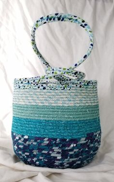 Handbag made of fabric wrapped clothesline. Body of bag is approximately inches wide and 7 inches from back to front. Knitting Club, Knitting Books, Double Knitting, Knitting Yarn, Sewing Machine Quilting, Quilting Thread, How To Make Scarf, Learn How To Knit, Keepsake Quilting