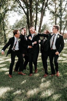 New wedding photos ideas bridesmaids groomsmen ties Ideas Groomsmen Attire Black, Brown Groomsmen, Bridesmaids And Groomsmen, Groom And Groomsmen, Bridesmaid Bouquets, Groom Attire, Black Suit Brown Shoes, Black Suits, Black Tuxedo