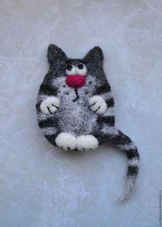Купить или заказать Валяная брошь 'Кот серый 2' в интернет-магазине на Ярмарке Мастеров. Брошь выполнена из шерсти в технике сухого валяния. Крепеж завалян с обратной стороны. Возможен вариант магнитика. Забавный котик украсит шарфик, пальто, пиджак или сумочку, обеспечит хорошее настроение.