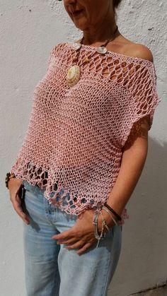 Jersey de punto rosa palo, suéter de mujer, top de verano tejido, ropa rosa pálido para verano El rosa palo es indiscutiblemente el color de esta temporada y este jersey, sutil, sugerente y fresco hará que este verano no pases desapercibida. Ideal para ponértelo en cualquier ocasión sobre lo que más te apetezca, incluyendo el bikini. Está tejido a mano en punto flojo con calado en la parte superior e inferior que lo hace más etéreo, delicado y ligero. He utilizado un hilo de algodón 100%…