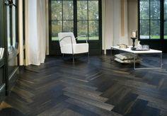 Aujourd'hui on vous propose de savourer la beauté du parquet noir. Cette couleur est un vrai signe de l'élégance.Récemment le parquet noir devient à la mode