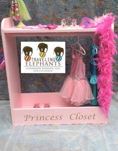 Princess Dress Up placard - habillage de stockage par TravelingElephants sur Etsy https://www.etsy.com/fr/listing/219368378/princess-dress-up-placard-habillage-de