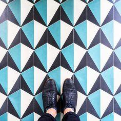 75009 - Rue Victor Masse #parisianfloors#ihavethisthingwithfloors#ihavethisthingwithparisianfloors#selfeet#fromwhereistand#paris#pigalle#hotel#grandpigallehotel#design#interiordesign#pattern#tiles#carrelage#floor#architecture#shoes#hudsonshoes