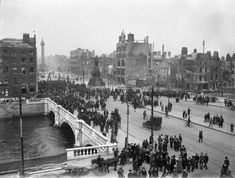 O'Connell Bridge - Easter Rising Crowds gather on O'Connell Bridge and Sackville Street (now O'Connell Street) on the aftermath of the 1916 Rising. © Courtesy of The National Library of Ireland Old Pictures, Old Photos, Ireland Facts, Ireland 1916, Irish Republican Army, Castle Series, Easter Rising, Irish News, Dublin
