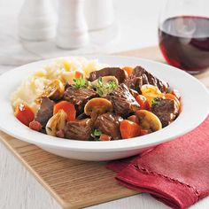 Healthy and Savory beef bourguignon recipe raymond online recipes today! Aga Recipes, Crockpot Recipes, Canadian Dishes, Slow Cooker Recipes, Cooking Recipes, Vegan Wine, Confort Food, Food Wishes, Food Recipes