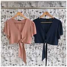 Bows and ties season! Cute crop top with tying knots. Simple Work Outfits, Classy Outfits, Beautiful Outfits, Trendy Outfits, Cute Outfits, Semi Casual Outfit Women, Cute Crop Tops, Cute Fashion, Blouse Designs