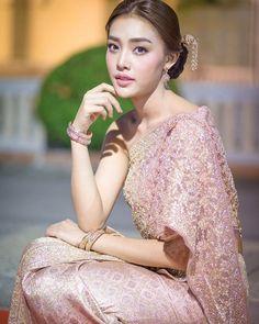 """""""ฉันจะเสก อาภรณ์ไทย ด้วยหัวใจ ของฉันเอง #ชุดไทยจักรพรรดิประยุกต์ สะกดคนทั่วแคว้นแดนสยาม ออกแบบคุณเกสินี กล่ำอยู่สุข และคุณสุดจิตร์ สุดจิตต์ แบรนด์ดีไซเนอร์…"""""""