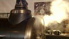 De stoommachine bracht de machines in de fabrieken in beweging en stopte nooit. Voor de stoommachines waren steenkool en ijzererts nodig. Met de uitvinding van de stoomlocomotief konden die snel en goedkoop naar de fabrieken worden gebracht.