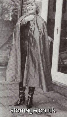 Rain Cape, Long Leather Coat, Rubber Raincoats, Raincoats For Women, Erotic Photography, Rain Wear, Beauty Women, Women Wear, Pvc Vinyl