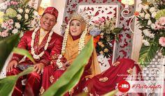 """""""Ya Tuhan kami, anugerahkanlah kepada kami, pasangan kami dan keturunan kami sebagai penyenang hati kami, dan jadikanlah kami pemimpin bagi orang-orang yang bertaqwa."""" (Q.S. Al Furqon: 74)   Barakallah mba Aana & mas Solih :)    Semoga menjadi keluarga sakinah, mawaddah, warahmah.   #walimatulursy #pernikahan #resepsi #wedding #photography #weddingphotography #portodefoto"""