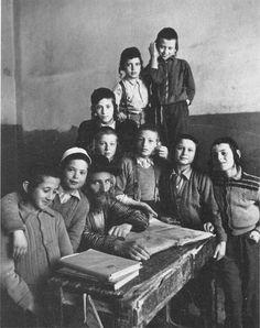 Talmudschüler in Jerusalem, 1954. Überlebende der Shoa bildeten neue orthodoxe Gemeinden in Israel. Alfred Eisenstaedt (geb. 6. Dezember 1898 in Dirschau, Westpreußen; gest. 24. August 1995 in Oak Bluffs, Martha's Vineyard, Massachusetts, USA) war einer der einflussreichsten Fotoreporter des 20. Jahrhunderts.