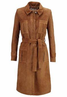 """""""Yeah, die 70er sind back! Eine Ära nicht nur ganz großer Musik, sondern auch wunderschöner Kleidung: Blusen, Schlaghosen und eben Ledermäntel. Das Modell von Topshop erinnert mich an die Zeit meiner Eltern, kommt aber supermodern daher."""" The Stylelist Amelie: Zalando Mitarbeiter zeigen ihren Style"""
