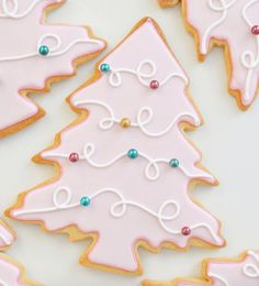 The best fun, decorated royal icing Christmas cookie ideas. Cute ideas for a gift exchange, for kids and adults to enjoy. Some may look easy, but there is so much detail work in all of these cookies f Cute Christmas Cookies, Christmas Biscuits, Iced Cookies, Cute Cookies, Cookies Et Biscuits, Holiday Cookies, Christmas Desserts, Christmas Baking, Christmas Treats