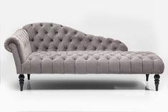 Linjakas Desirée divaani on huoneesi koriste. Samettikankaan väri on hopeanharmaa. Sarjaan kuuluu myös rahi.