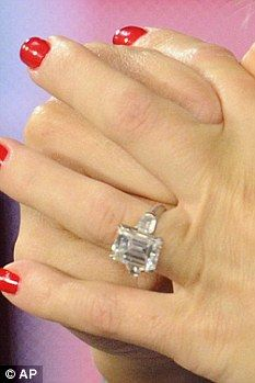 Another Kate (not just Middleton and Moss) is also headed to the altar. Speaking of weddings several stars have also gotten engaged recently. Kate Hudson, for once, who was gifted an emerald-cut engagement ring from boyfriend Matt Bellamy (apparently its 9 karats)