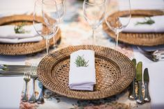 Olá Casais, Hoje vamos falar um pouco sobre a decoração que está na pastinha de toda noiva. Mesmo que você…