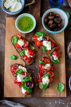 Bruschetta mit Tomaten, Oliven, Büffelmozzarella & Basilikum | malteskitchen.de