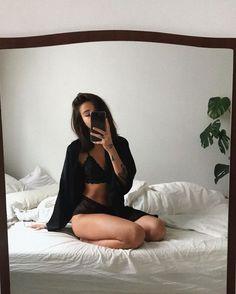 Mode Instagram, Instagram Pose, Boudior Poses, Sexy Poses, Mädchen In Bikinis, Model Poses Photography, Lingerie Photography, Selfie Poses, Selfie Sexy