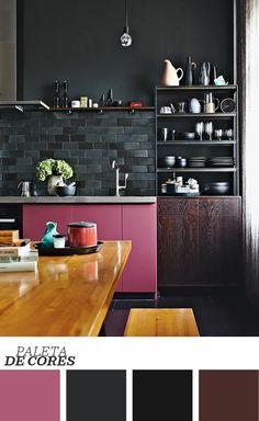 Cozinha preta e rosa! Quem poderia imaginar que o ambiente ficaria tão cool com esses tons? A madeira do armário, escura e cheia de veios, pincela sofisticação e, apesar das nuances escuras, o resultado é refrescante graças à quantidade de luz que entra pela janela. Clique na foto para ver mais do ambiente!